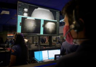 Mitglieder des Mars 2020 Perseverance Teams betrachten die ersten Bilder, die der Rover kurz nach seiner erfolgreichen Landung auf dem Mars am 18. Februar 2021 aufgenommen hat. (Credits: NASA / Bill Ingalls)
