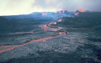 Lavaströme am Mauna Loa während einer Eruption im Jahr 1984. (Credits: Photo by R.W. Decker / USGS)