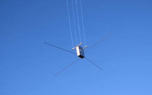 Der CubeSat Juventas beim Antennentest an einer Drohne hängend. (Credits: ESA)