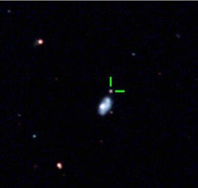 Ein optisches Bild der superleuchtkräftigen Supernova ASASSN-18am in den Randgebieten ihrer Heimatgalaxie (grün). Das Bild wurde 131 Tage nach der Explosion aufgenommen. (Credits: Bose et al, 2021)