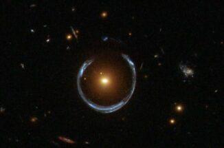 Hubble-Aufnahme einer Galaxie, die als Gravitationslinse für eine weiter entfernte Galaxie agiert und deren Licht zu einem Bogen verzerrt. (Credits: ESA / Hubble and NASA)