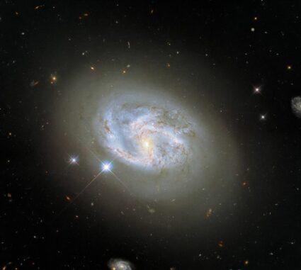 Hubble-Aufnahme der Galaxie NGC 4680. (Credits: ESA / Hubble & NASA, A. Riess et al.)