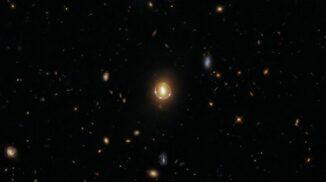 Der Gravitationslinseneffekt am Beispiel des Quasars 2M1310-1714. (Credit: ESA / Hubble & NASA, T. Treu; Acknowledgment: J. Schmidt)
