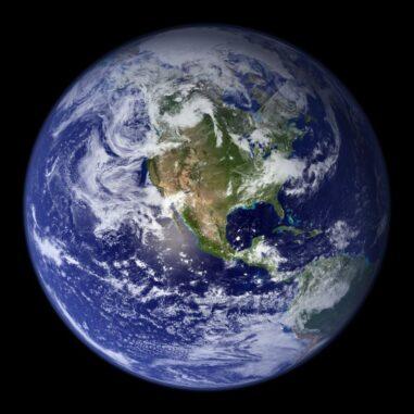 Die Erde, basierend auf Satellitenbeobachtungen. (Credits: NASA Goddard Space Flight Center / Image by Reto Stöckl)