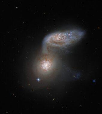 Das interagierende Galaxienpaar Arp 91. (Credits: ESA / Hubble & NASA, J. Dalcanton; Acknowledgement: J. Schmidt)