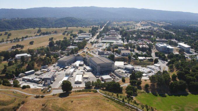 Luftaufnahme des SLAC National Laboratory, wo die Theorie in einem nächsten Schritt experimentell überprüft werden wird. (Credits: Andy Freeberg & Matt Beardsley / SLAC National Accelerator Laboratory)