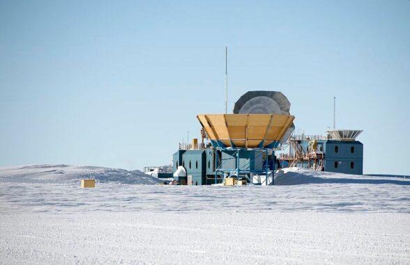 Das Keck Array (links) und BICEP2 (rechts) in der Amundsen-Scott-Station am Südpol. (Credits: Wikipedia / Christopher Michel / CC BY SA 2.0)